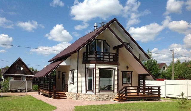 щитовой дом с балконом и терассой